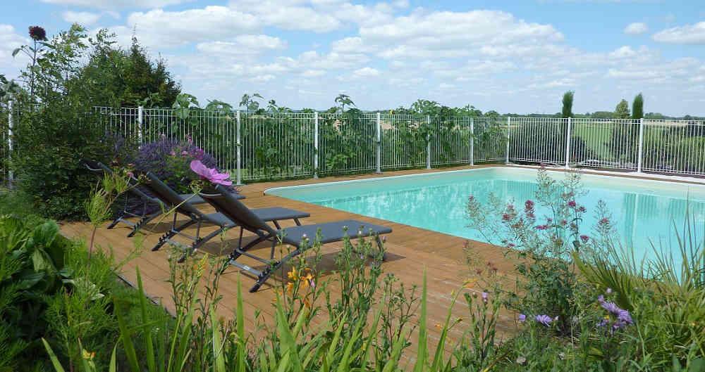 Piscine pour la détente juste à coté de la location de chambre près du Puy du Fou en Vendée