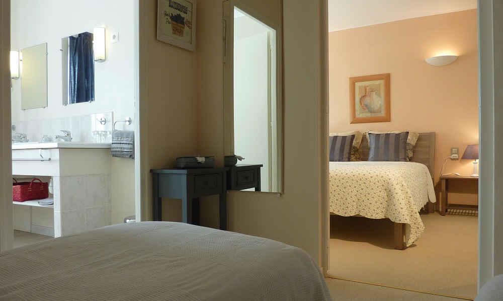 Suite familiale avec 3 lits, salle d'eau et wc en location bed and breakfast Puy du Fou Vendée