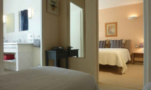 Suite familiale avec 3 lits en location bed and breakfast Puy dy Fou Vendée