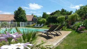 Soleil, détente avec la chambre avec piscine pour cette location près du Puy du Fou en Vendée