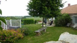 Parc et terrasse autour de la location de chambre avec piscine près du Puy du Fou en Vendée