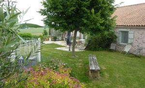 Terrasse et piscine dans la location maison de charme Puy du Fou Vendée