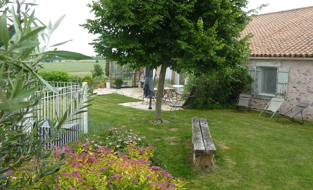terrasse et piscine dans la location maison de charme puy du fou vende - Location Maison Vendee Avec Piscine