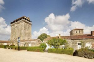 Donjon et jardin médiéval à Bazoges en pareds