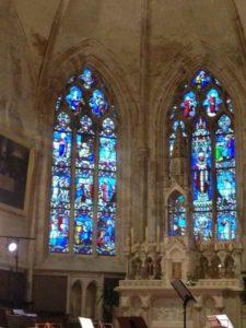 Vitrail dans l'église de Mouilleron en Pareds