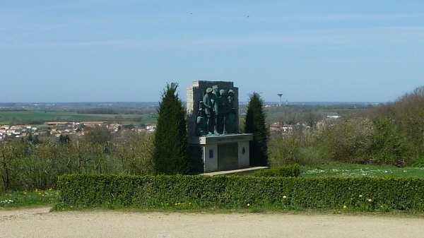 Mémorial situé sur la colline des moulins à mouilleron en pareds