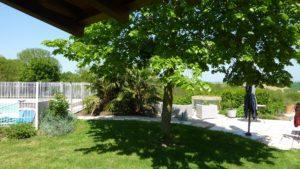 Côté piscine à l'ombre du tilleul sous le charme du soleil de vendée