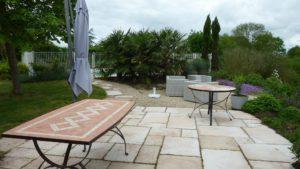 Terrasse pour petit déjeuner avec le charme de la campagne vendéenne