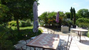 Petit déjeuner en terrasse face à la piscine